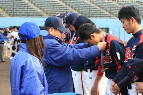 石井副会長による準優勝メダルの授与